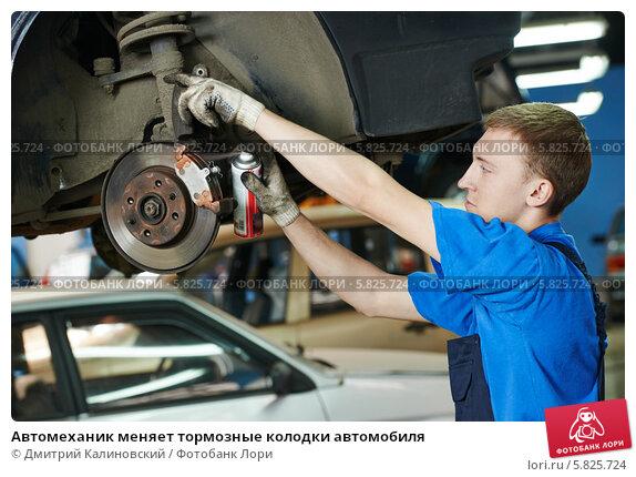 Автомеханик меняет тормозные колодки автомобиля, фото № 5825724, снято 4 апреля 2014 г. (c) Дмитрий Калиновский / Фотобанк Лори