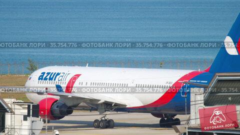 Azur Air Boeing 767 taxis to the terminal (2018 год). Редакционное видео, видеограф Игорь Жоров / Фотобанк Лори