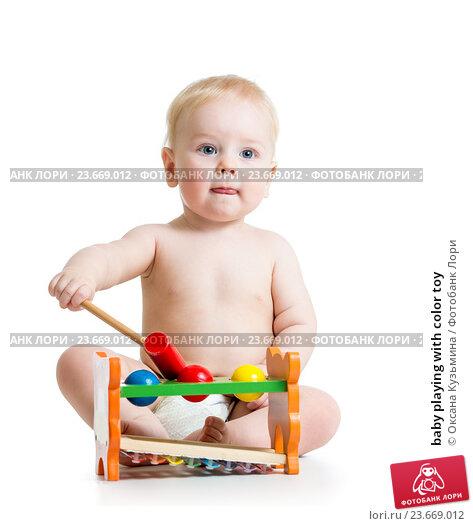 Купить «baby playing with color toy», фото № 23669012, снято 18 декабря 2013 г. (c) Оксана Кузьмина / Фотобанк Лори