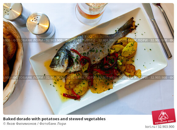 Baked dorado with potatoes and stewed vegetables. Стоковое фото, фотограф Яков Филимонов / Фотобанк Лори