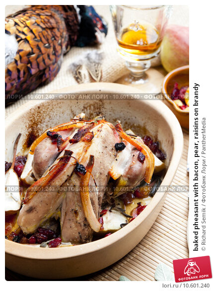 baked pheasant with bacon, pear, raisins on brandy. Стоковое фото, фотограф Richard Semik / PantherMedia / Фотобанк Лори