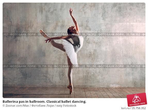 Ballerina pas in ballroom. Classical ballet dancing. Стоковое фото, фотограф Zoonar.com/Max / easy Fotostock / Фотобанк Лори