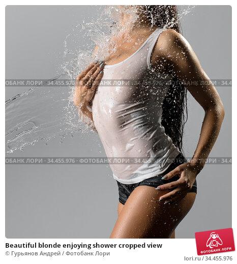 Beautiful blonde enjoying shower cropped view. Стоковое фото, фотограф Гурьянов Андрей / Фотобанк Лори