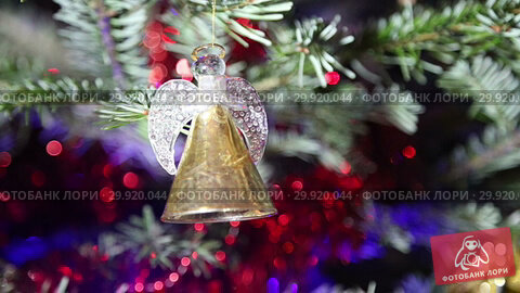 Купить «Beautiful christmas tree with decorative chritmas toys», видеоролик № 29920044, снято 11 февраля 2019 г. (c) Владимир Журавлев / Фотобанк Лори