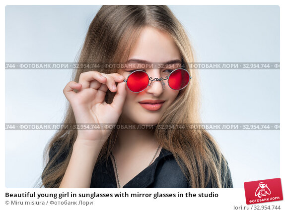Beautiful young girl in sunglasses with mirror glasses in the studio. Стоковое фото, фотограф Miru misiura / Фотобанк Лори