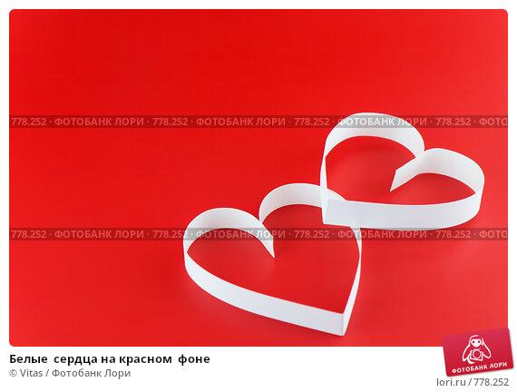 Белые  сердца на красном  фоне. Стоковое фото, фотограф Vitas / Фотобанк Лори