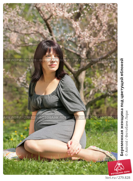 Беременная женщина под цветущей яблоней, фото № 279828, снято 29 апреля 2008 г. (c) Astroid / Фотобанк Лори
