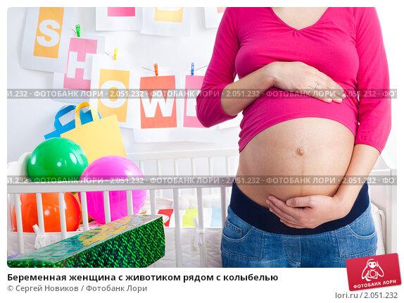 Купить «Беременная женщина с животиком рядом с колыбелью», фото № 2051232, снято 7 июля 2010 г. (c) Сергей Новиков / Фотобанк Лори