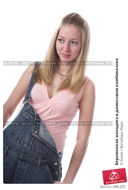 Купить «Беременная женщина в джинсовом комбинезоне», фото № 208272, снято 14 декабря 2007 г. (c) hunta / Фотобанк Лори