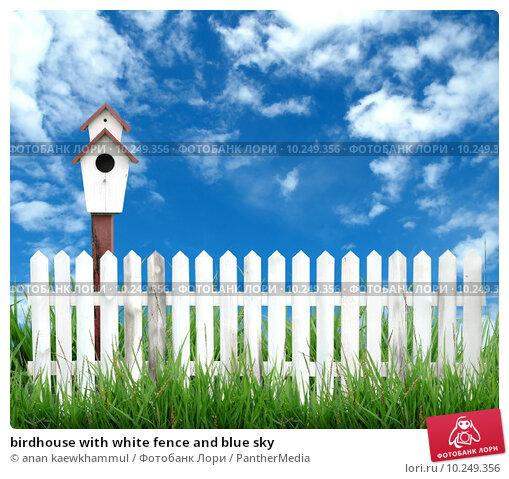 Купить «birdhouse with white fence and blue sky», фото № 10249356, снято 16 февраля 2019 г. (c) PantherMedia / Фотобанк Лори