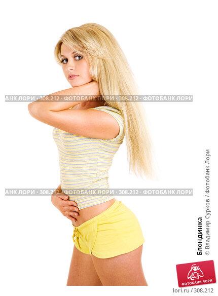 блондиночка в желтых шортах