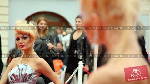 Купить «Блондинка с оригинальной прической сидит перед зеркалом на XVII Международном фестивале Мир красоты 2010», видеоролик № 3757336, снято 30 сентября 2011 г. (c) Losevsky Pavel / Фотобанк Лори