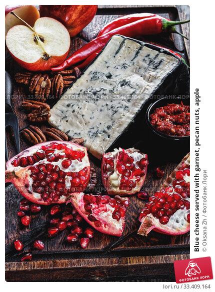 Купить «Blue cheese served with garnet, pecan nuts, apple», фото № 33409164, снято 23 января 2020 г. (c) Oksana Zh / Фотобанк Лори