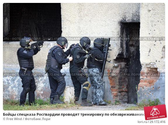 Бойцы спецназа Росгвардии проводят тренировку по обезвреживанию террористов в здании (2018 год). Редакционное фото, фотограф Free Wind / Фотобанк Лори