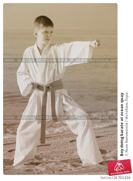 Купить «Boy doing karate at ocean quay», фото № 26763024, снято 12 июля 2017 г. (c) Яков Филимонов / Фотобанк Лори