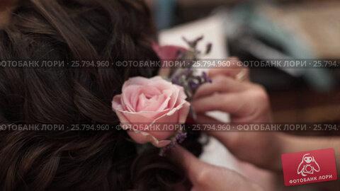 Bride's hairstyle - rose flower in hair, видеоролик № 25794960, снято 2 марта 2016 г. (c) Алексей Макаров / Фотобанк Лори