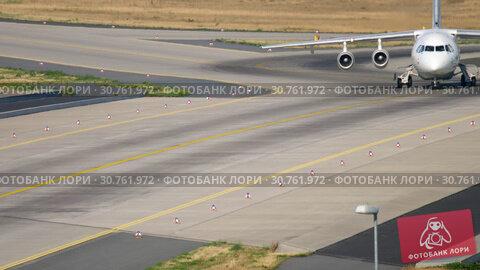 Купить «British Aeroapace 146 Avro RJ85 taxiing», видеоролик № 30761972, снято 19 июля 2017 г. (c) Игорь Жоров / Фотобанк Лори