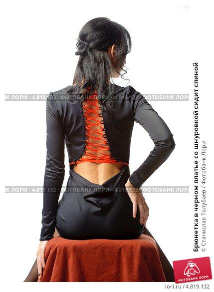 Брюнетка спиной в черном платье
