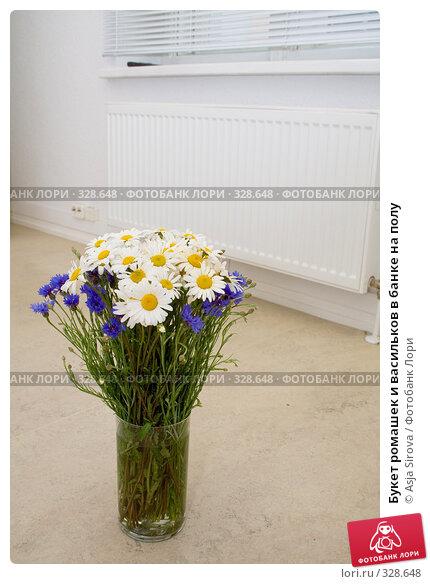Купить «Букет ромашек и васильков в банке на полу», фото № 328648, снято 11 июня 2008 г. (c) Asja Sirova / Фотобанк Лори