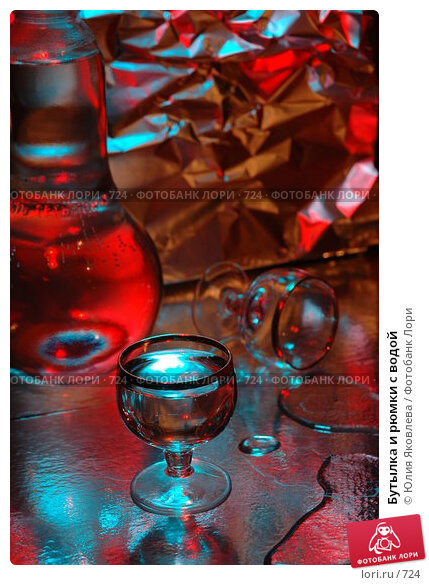 Бутылка и рюмки с водой, фото № 724, снято 24 февраля 2005 г. (c) Юлия Яковлева / Фотобанк Лори