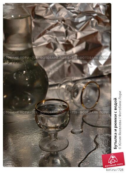 Бутылка и рюмки с водой, фото № 728, снято 24 февраля 2005 г. (c) Юлия Яковлева / Фотобанк Лори