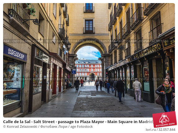 Calle de la Sal - Salt Street - passage to Plaza Mayor - Main Square in Madrid, Spain. Стоковое фото, фотограф Konrad Zelazowski / age Fotostock / Фотобанк Лори