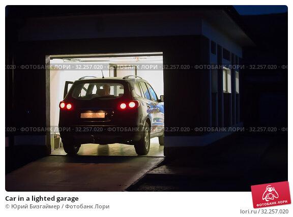 Купить «Car in a lighted garage», фото № 32257020, снято 18 августа 2018 г. (c) Юрий Бизгаймер / Фотобанк Лори