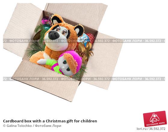 Cardboard box with a Christmas gift for children (2019 год). Редакционное фото, фотограф Galina Tolochko / Фотобанк Лори
