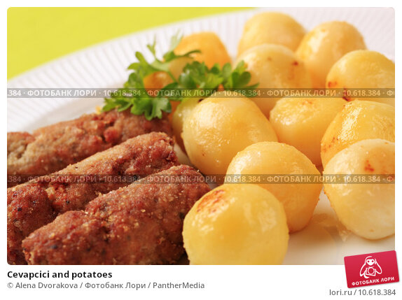 Cevapcici and potatoes. Стоковое фото, фотограф Alena Dvorakova / PantherMedia / Фотобанк Лори