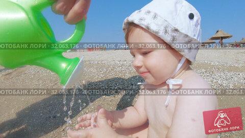 Child boy on the beach. Стоковое видео, видеограф Потийко Сергей / Фотобанк Лори