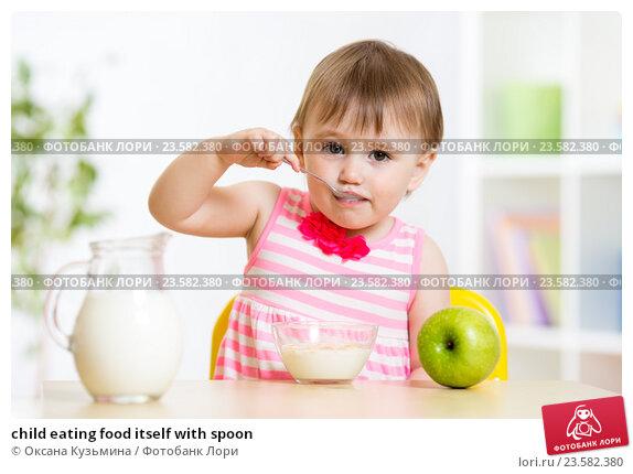 Купить «child eating food itself with spoon», фото № 23582380, снято 13 мая 2015 г. (c) Оксана Кузьмина / Фотобанк Лори