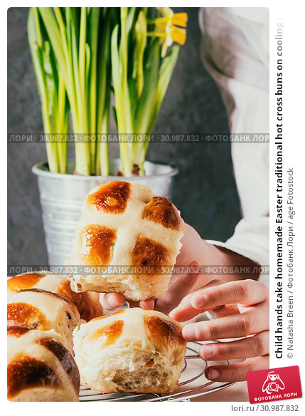 Купить «Child hands take homemade Easter traditional hot cross buns on cooling rack on white marble table with narcissus flowers.», фото № 30987832, снято 18 июля 2019 г. (c) age Fotostock / Фотобанк Лори