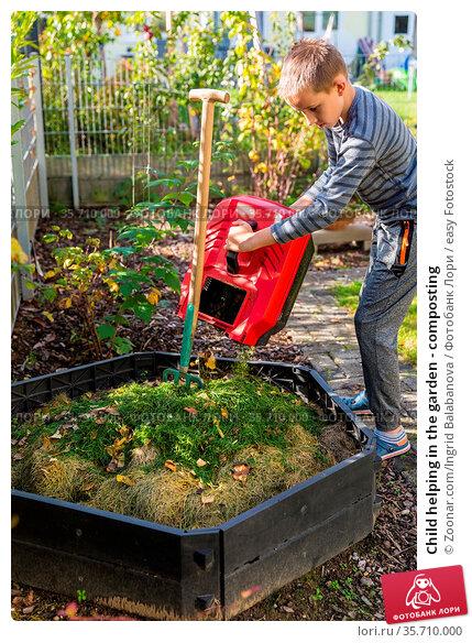 Child helping in the garden - composting. Стоковое фото, фотограф Zoonar.com/Ingrid Balabanova / easy Fotostock / Фотобанк Лори