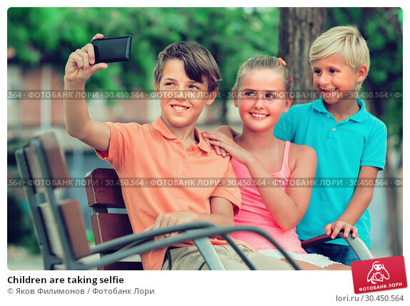 Children are taking selfie. Стоковое фото, фотограф Яков Филимонов / Фотобанк Лори