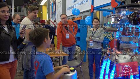Купить «Children learn robotics at Moscow Maker Faire», видеоролик № 27013028, снято 9 сентября 2017 г. (c) Антон Гвоздиков / Фотобанк Лори
