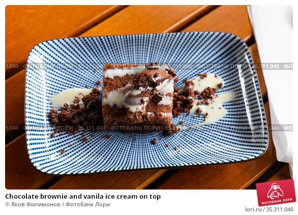 Chocolate brownie and vanila ice cream on top. Стоковое фото, фотограф Яков Филимонов / Фотобанк Лори