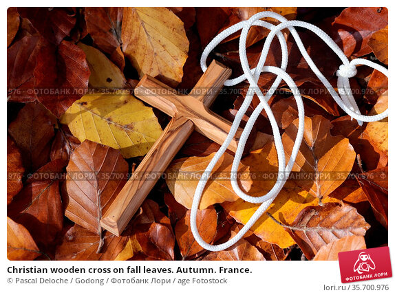Christian wooden cross on fall leaves. Autumn. France. Стоковое фото, фотограф Pascal Deloche / Godong / age Fotostock / Фотобанк Лори