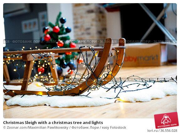 Christmas Sleigh with a christmas tree and lights. Стоковое фото, фотограф Zoonar.com/Maximilian Pawlikowsky / easy Fotostock / Фотобанк Лори