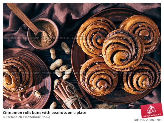Купить «Cinnamon rolls buns with peanuts on a plate», фото № 29889708, снято 29 января 2019 г. (c) Oksana Zh / Фотобанк Лори