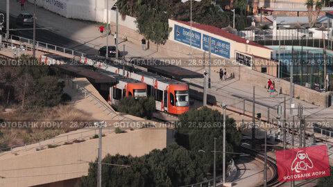 Купить «City view with car and tram traffic», видеоролик № 28926604, снято 19 апреля 2018 г. (c) Данил Руденко / Фотобанк Лори