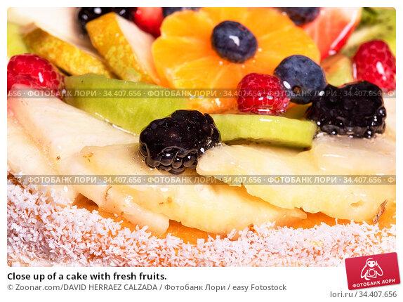 Close up of a cake with fresh fruits. Стоковое фото, фотограф Zoonar.com/DAVID HERRAEZ CALZADA / easy Fotostock / Фотобанк Лори