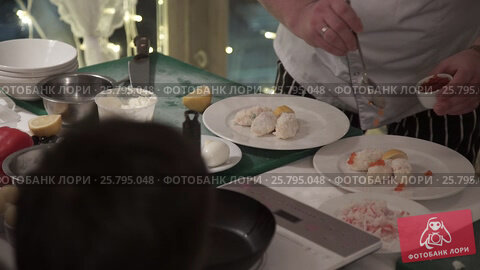 Cook cooking on a kitchen, видеоролик № 25795048, снято 14 марта 2016 г. (c) Алексей Макаров / Фотобанк Лори