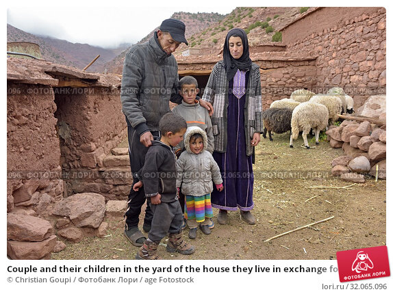 Couple and their children in the yard of the house they live in exchange for their work, village of Tighza, Ounila River valley, Ouarzazate Province, region... (2019 год). Редакционное фото, фотограф Christian Goupi / age Fotostock / Фотобанк Лори