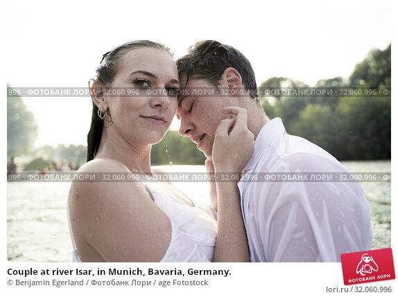Couple at river Isar, in Munich, Bavaria, Germany. Стоковое фото, фотограф Benjamin Egerland / age Fotostock / Фотобанк Лори