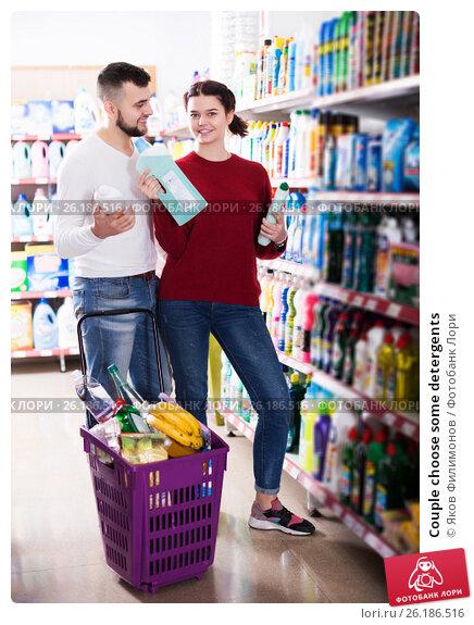 Купить «Couple choose some detergents», фото № 26186516, снято 14 марта 2017 г. (c) Яков Филимонов / Фотобанк Лори