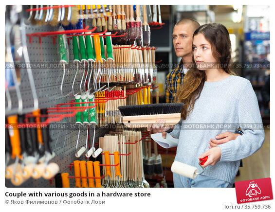Couple with various goods in a hardware store. Стоковое фото, фотограф Яков Филимонов / Фотобанк Лори
