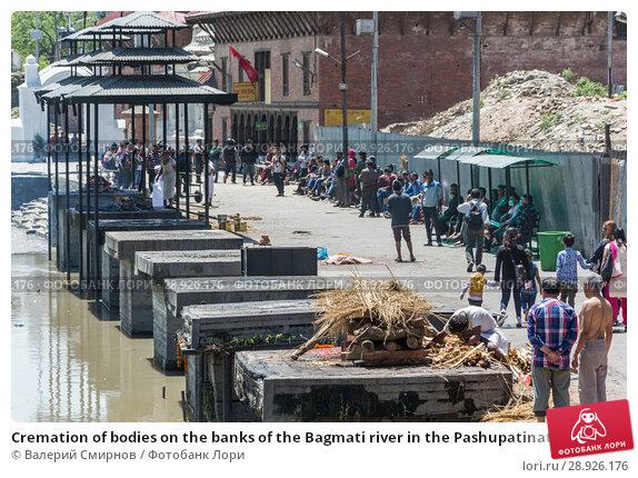 Купить «Cremation of bodies on the banks of the Bagmati river in the Pashupatinath Temple 13 April 2018, Kathmandu, Nepal», фото № 28926176, снято 13 апреля 2018 г. (c) Валерий Смирнов / Фотобанк Лори