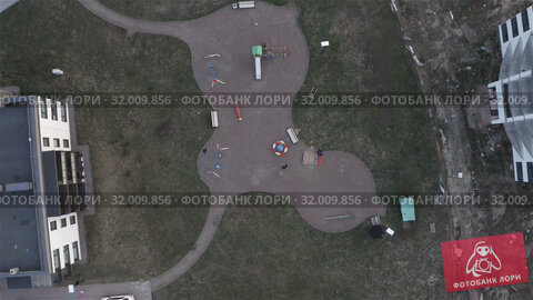 Купить «curly playground in the suburban residential complex», видеоролик № 32009856, снято 5 июня 2019 г. (c) Aleksandr Sulimov / Фотобанк Лори