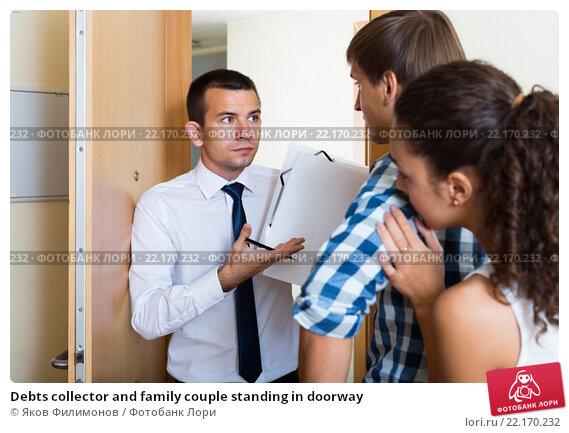 Купить «Debts collector and family couple standing in doorway», фото № 22170232, снято 11 ноября 2018 г. (c) Яков Филимонов / Фотобанк Лори