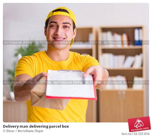 Купить «Delivery man delivering parcel box», фото № 33727016, снято 1 ноября 2016 г. (c) Elnur / Фотобанк Лори